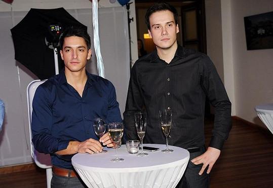 Hrdlička s kolegou Suchoněm, jenž uvádí zprávy s Renatou Czadernovou.