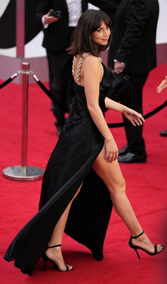 Vynesla sexy šaty značky Louis Vuitton.