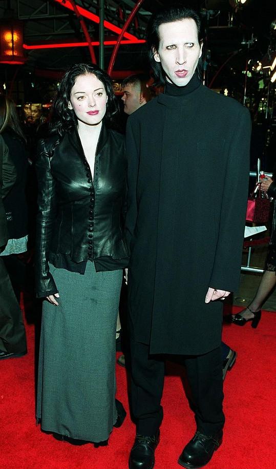 Ženy, jež zpěváka obvinily, se dočkaly podpory od Rose McGowan, jeho další exsnoubenky, ta jej však z ničeho neobvinila.