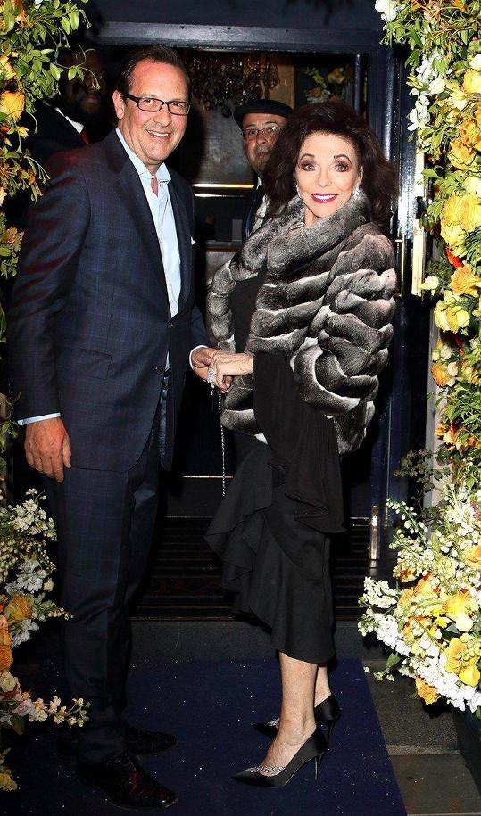 Do slavného londýnského klubu přišla zavzpomínat i Joan Collins. Doprovodil ji manžel Percy Gibson (54), jemuž byly v době otevření 4 roky.