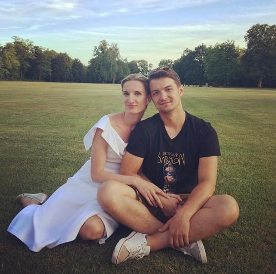 Adela Banášová a Viktor Vincze ukázali prstýnky.