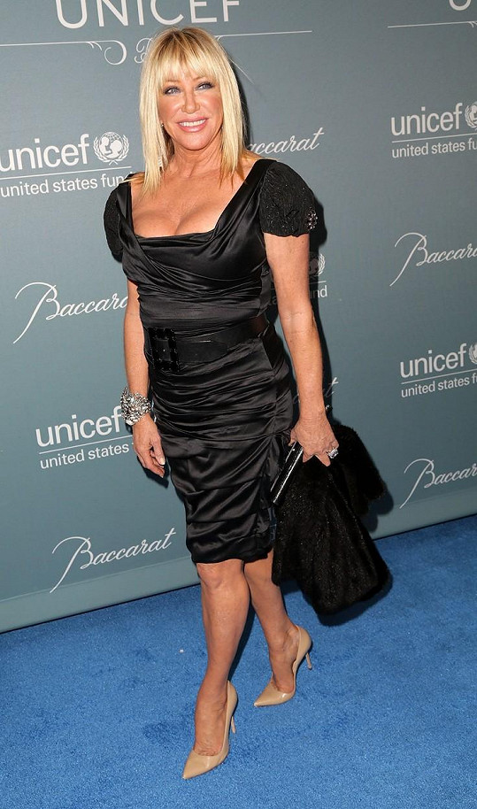 Suzanne Somers miluje minišaty s výstřihem. Foto z roku 2014