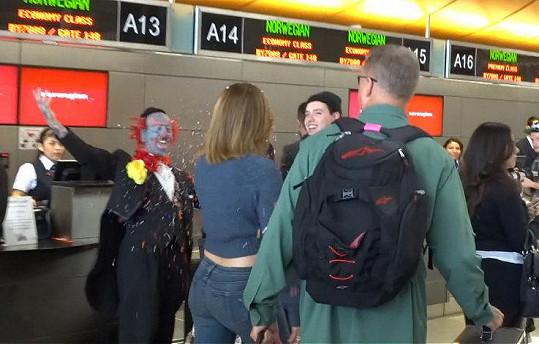 Velkolepé přivítání JLo si na letišti přichystal neznámý vtipálek v převleku za klauna.