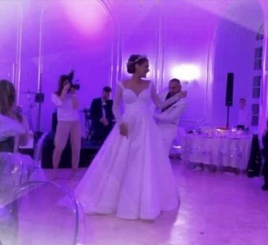 V těchto šatech se Jasmina vdávala.