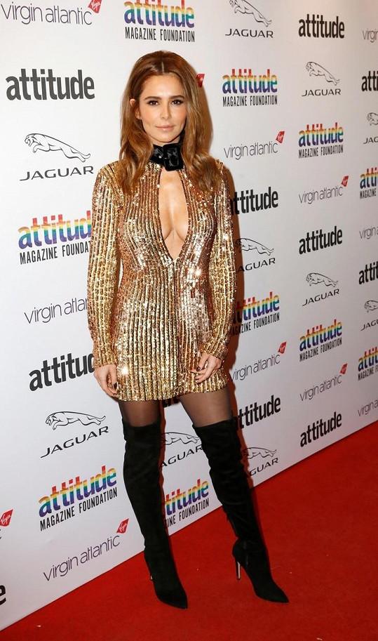 Cheryl Cole předvedla svou figuru ve zlatých minišatech.