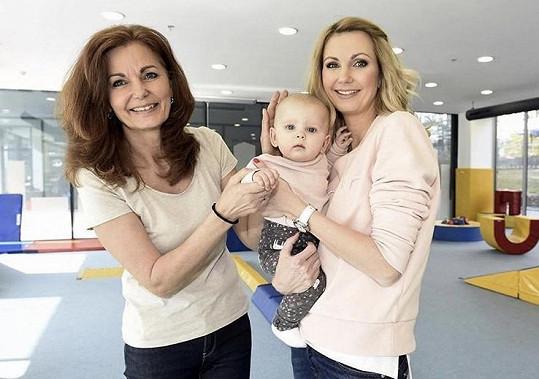 Sandra Parmová přiložila společný snímek s maminkou a dcerou.