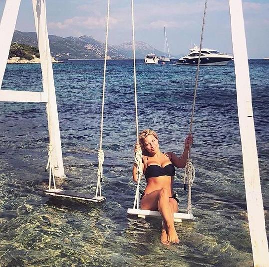 Eva relaxuje na dovolené v Chorvatsku.
