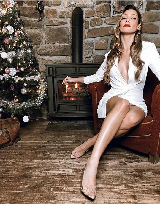 Tereza se fotila u vánočního stromku.