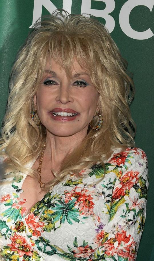 Dolly zásahy chirurga otevřeně přiznává.