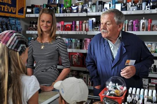 Karel Šíp si ve filmu zahrál prodavače v drogerii.