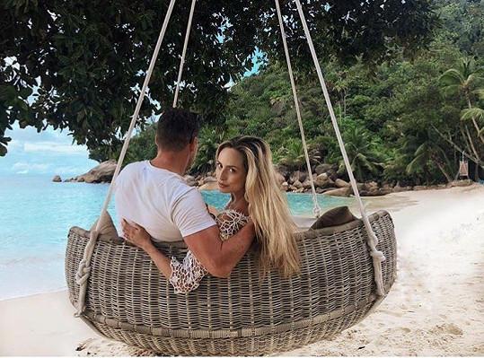 Alena se snoubencem na Seychelách, kde ji požádal o ruku.