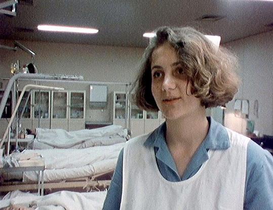 Dokument Ester zachycuje od dob jejích studií na střední zdravotní škole.