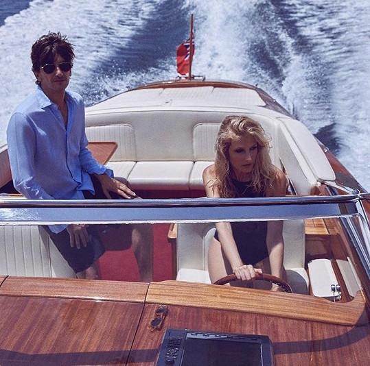 Tereza s manželem Burakem na výletě na člunu.