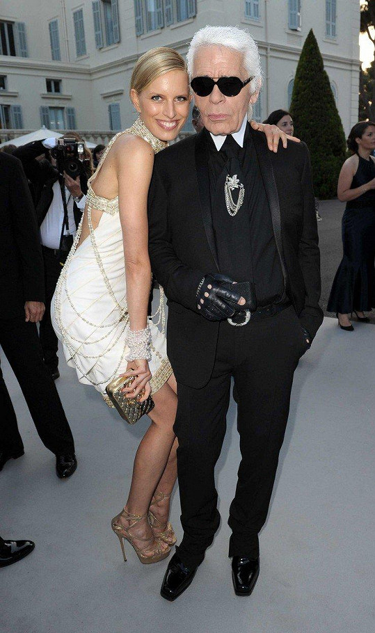 Karl Lagerfeld s českou modelkou Karolínou Kurkovou.