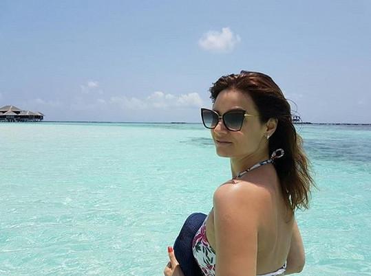 Užívá si na dovolené na Maledivách.
