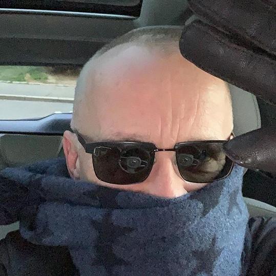 Karel Voříšek se chrání šálou.