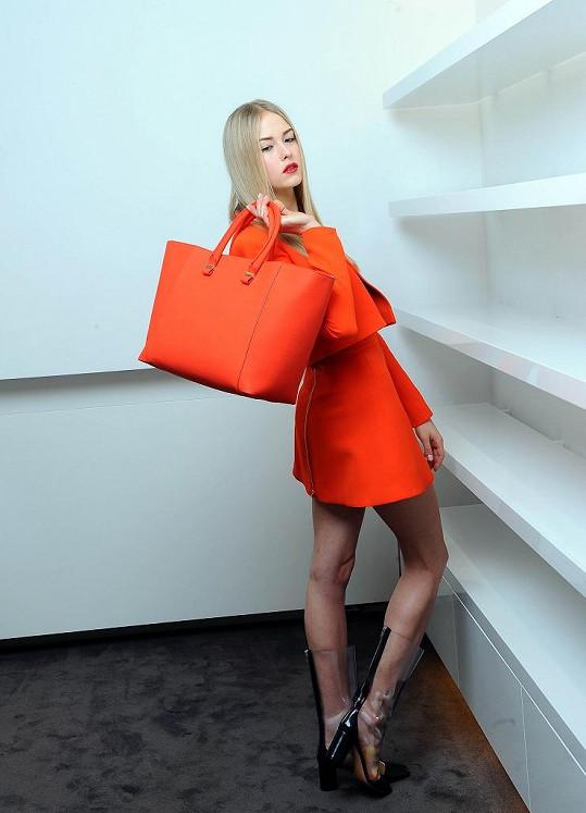 Simona jako modelka šatů Victorie Beckham.