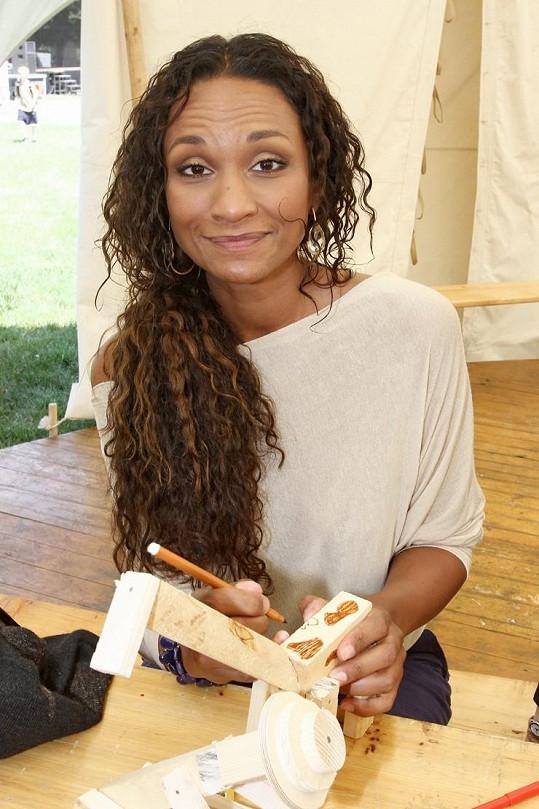 Lejla Abbasová vymalovala dřevěnou žirafu.