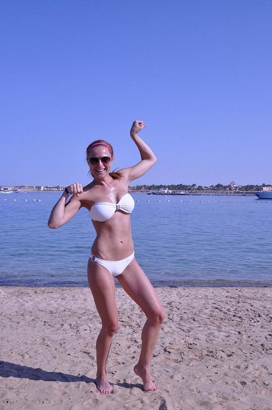 Romana moře a pláže miluje.