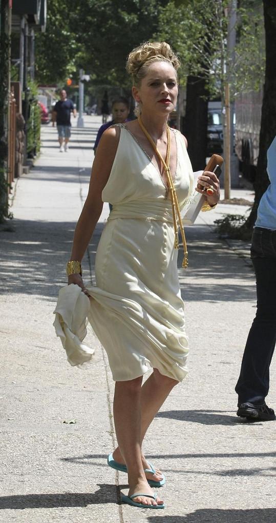 Půvabná herečka míří na natáčení komedie Gods Behaving Badly.