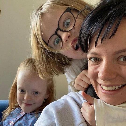 Zpěvačka s dcerami Ethel a mladší Marnie
