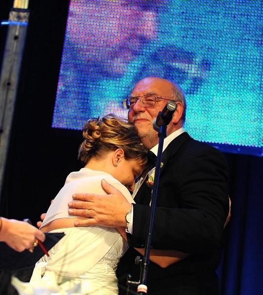 Pavlínka se za Honzu Nedvěda provdala přímo na jeho koncertu v Lucerně.