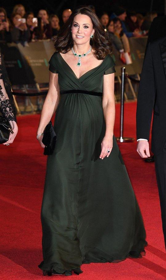 Vévodkyně z Cambridge vypadala úžasně v šatech lahvově zelené barvy od své dvorní návrhářky Jenny Packham.