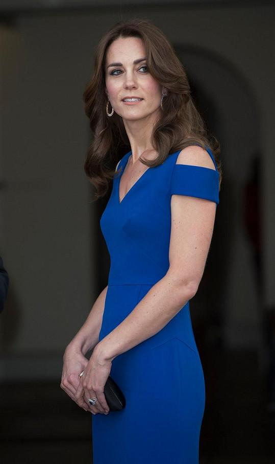 Vévodkyně se představila v šatech značky Roland Mouret.