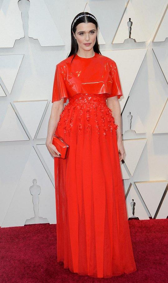 Kreativní pokus s latexovým topem nevyšel. Model z módního domu Givenchy působil na Rachel Weisz velmi bizarně. Futuristická róba kombinovaná s viktoriánskými šperky vůbec neodpovídá úrovni této události, ale více by se hodila třeba na Met Gala.