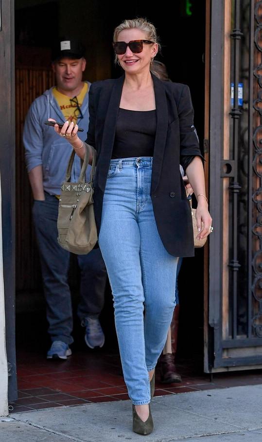Koncem listopadu zachytili fotografové Cameron na obědě a vzhledem k její štíhlé postavě vše nasvědčuje tomu, že s manželem k rozšíření rodiny využili náhradní matku.