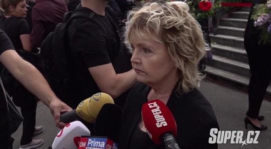 Eva Hrušková na posledním rozloučení s Libuškou Šafránkovou