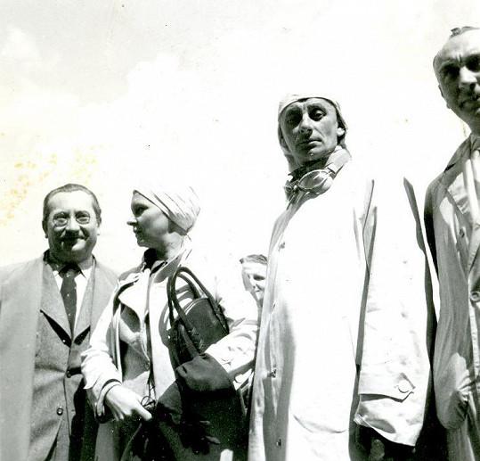 Na vzácné fotce vidíte Jaroslava Marvana, Ninu Burianovou, Vlastu Buriana a Čeňka Šlégla. Oba Burianovi kolegové byli nosnými pilíři jeho divadla.