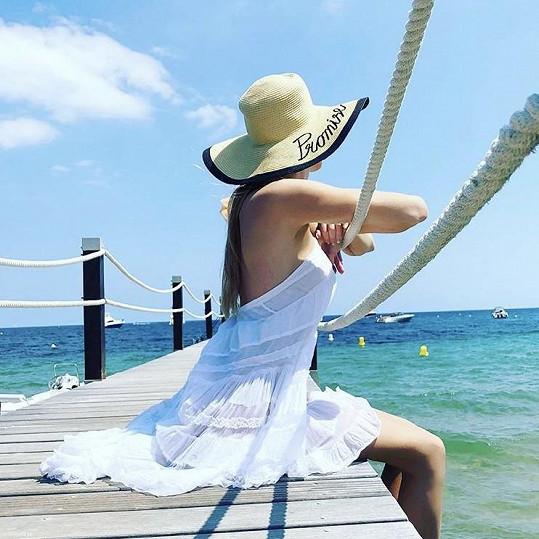 ... když si užívá sluníčka a moře.