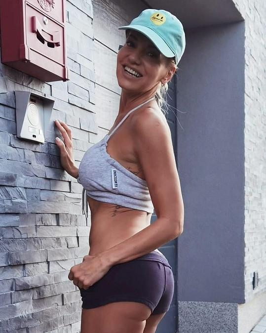 Za dva roky oslaví padesátiny, ale postavu má jako fitness modelka.