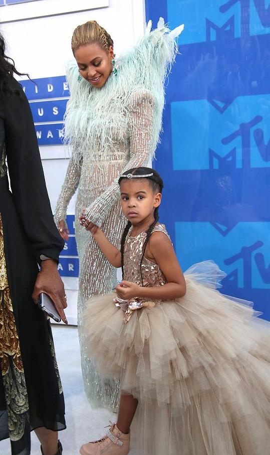 Zpěvačka si z dcerky udělala luxusní doplněk.