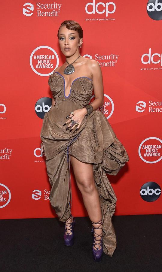 Doja Cat si odnesla sošku za objev roku a nejlepší zpěvačku R&B.