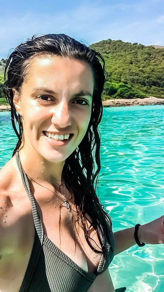 Muzikálový zpěvačka odletěla za relaxem k moři.