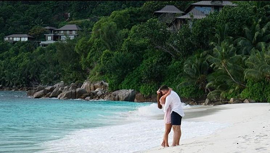 Hertl se zasnoubil během dovolené na Seychelách.