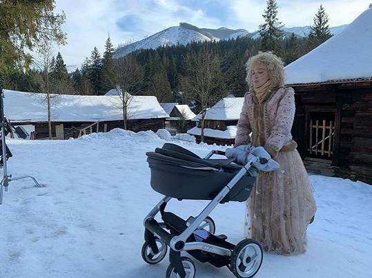Na natáčení měla herečka svého malého syna.