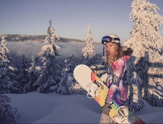 A dala vale milovanému snowboardu. Příště už jede s lyžemi.