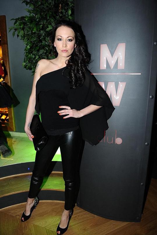 Modelka se převlékla do druhého outfitu.