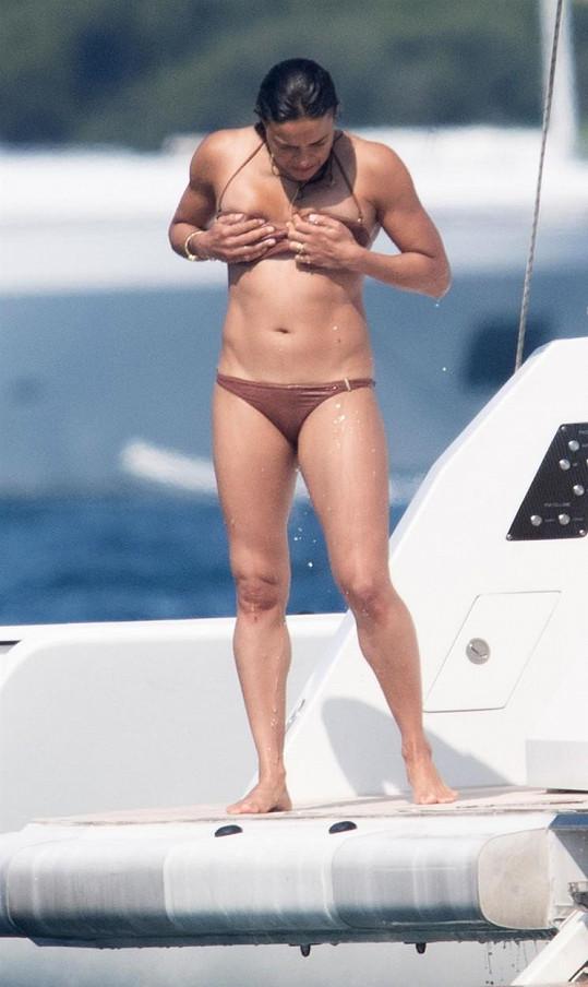Michelle Rodriguez ukázala svaly v bikinách.