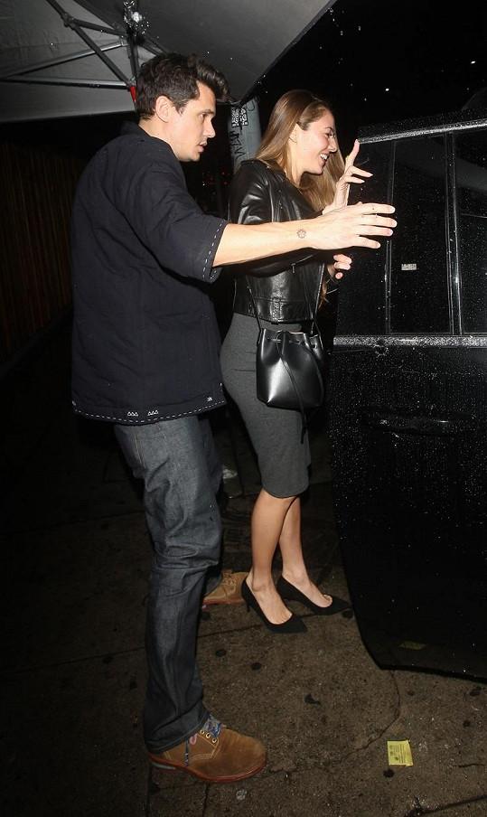 John Mayer v podniku strávil večer s Jessicou Michibatou.