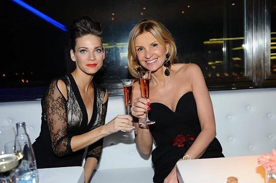 Dámy popíjely francouzské šampaňské.