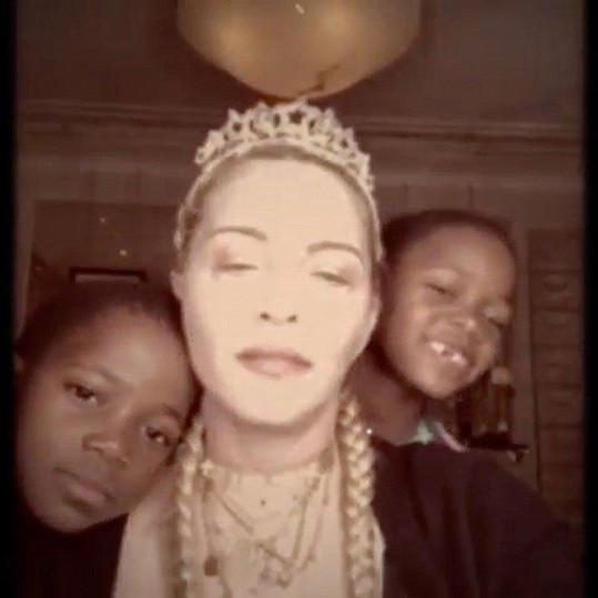 Nejčastěji se fotí s pětiletými dvojčaty Stelle a Estere.
