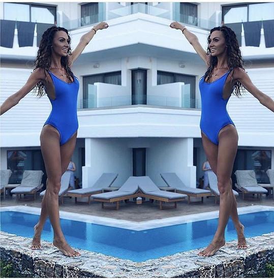 Modré plavky si koupila na dovolené.