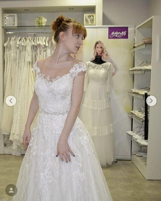 Denise už si zkoušela svatební šaty.