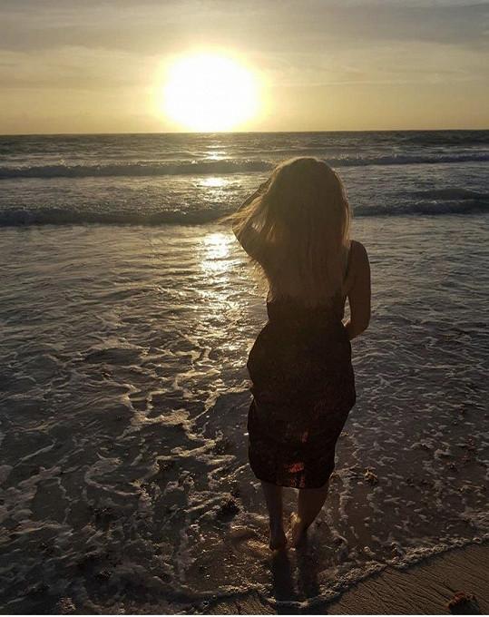 Veronika při nádherném západu slunce u moře