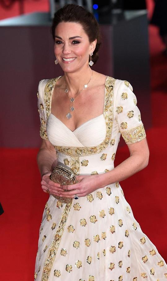 V šatech své oblíbené značky Alexander McQueen vypadala Kate bezvadně. Doplnila je zlatými šperky a psaníčkem.