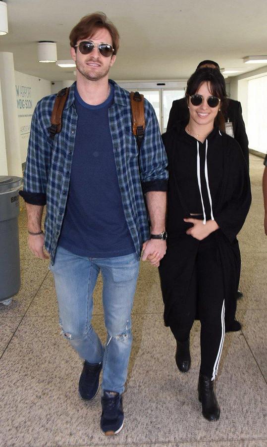 Camila Cabello do června chodila s britským koučem na partnerské vztahy Matthewem Husseyem.